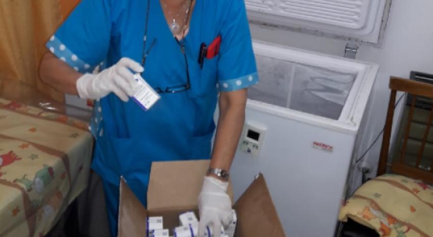 Llegaron 450 dosis de vacunas y comenzó la campaña para aplicársela